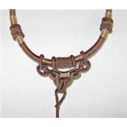 Halskæde, knyttet til vedhæng Oliven.
